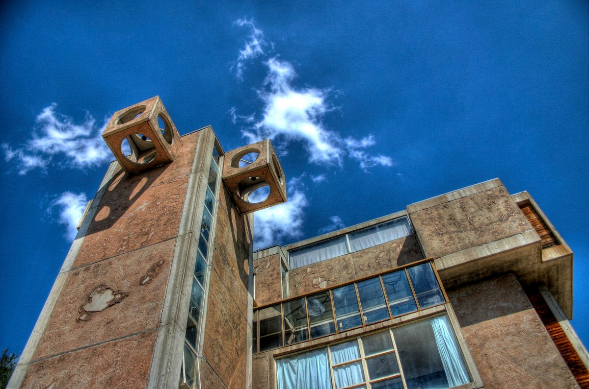 Arcosanti visitors' center and residence (Source: CodyR from Phoenix, Arizona, USA - Arcosanti tower on Flickr, CC BY 2.0)
