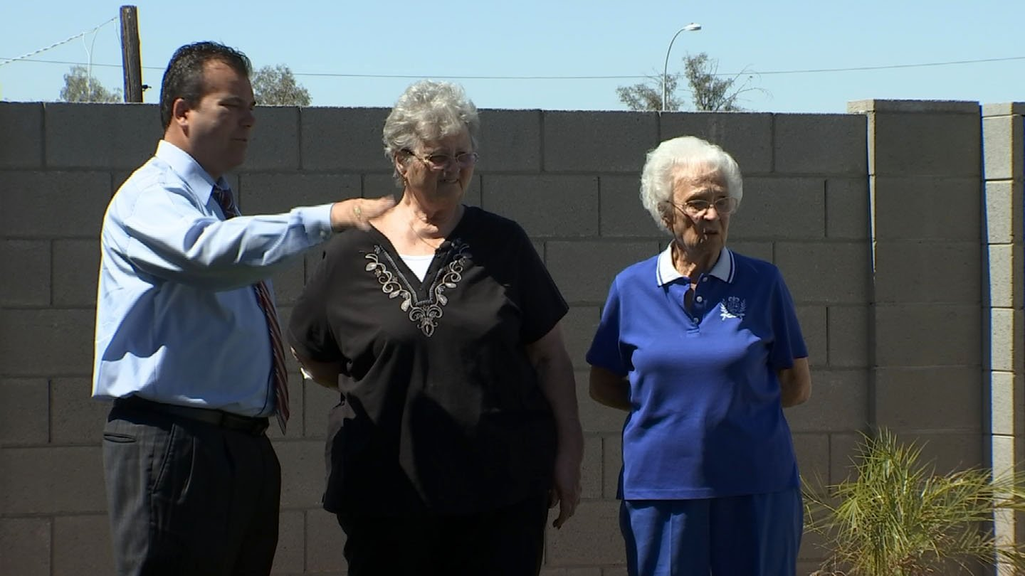 Gary Harper with Rita Roe nd her daughter, Kathy. (Source: KTVK)