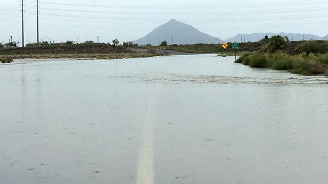 Salt River overflows at McKellips near Loop 202. (Source: Jim Fry, 3TV/CBS 5)