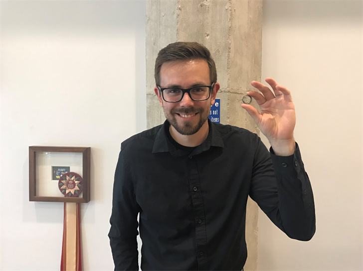 Benner reunited with his lost wedding ring. (Source: Twitter.com)
