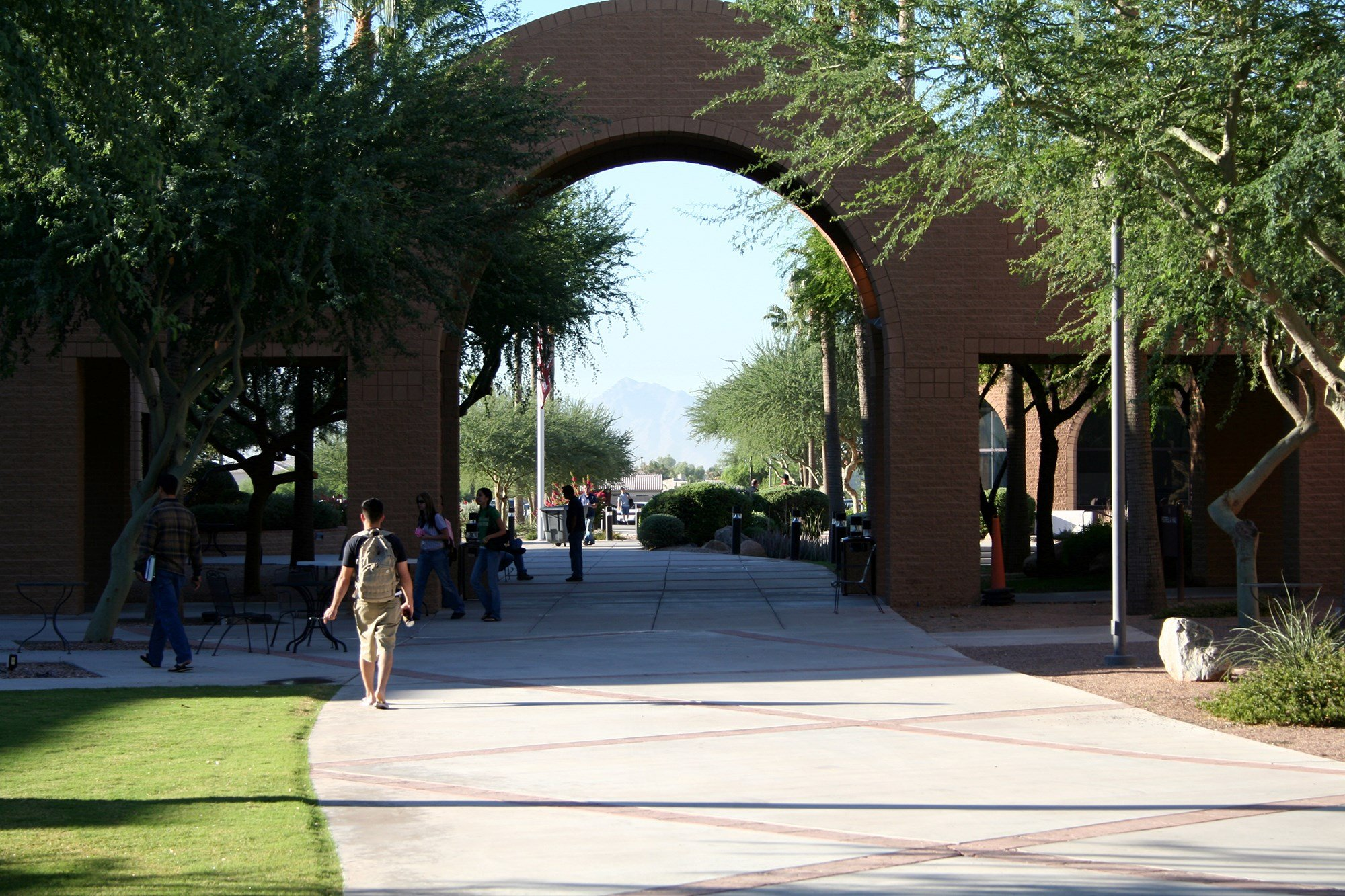 Students walk across Estrella Mountain Community College, one of the campuses of the Maricopa Community Colleges. As many as 30 percent of Maricopa students reported some level of food insecurity in a recent survey. (Source: Alan Levine/Creative Commons)