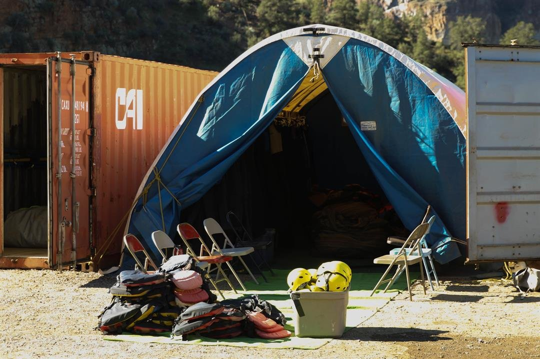 Tour guides set up camp near Globe to take people down the Upper Salt River. (Source: Erica Apodaca/Cronkite News)
