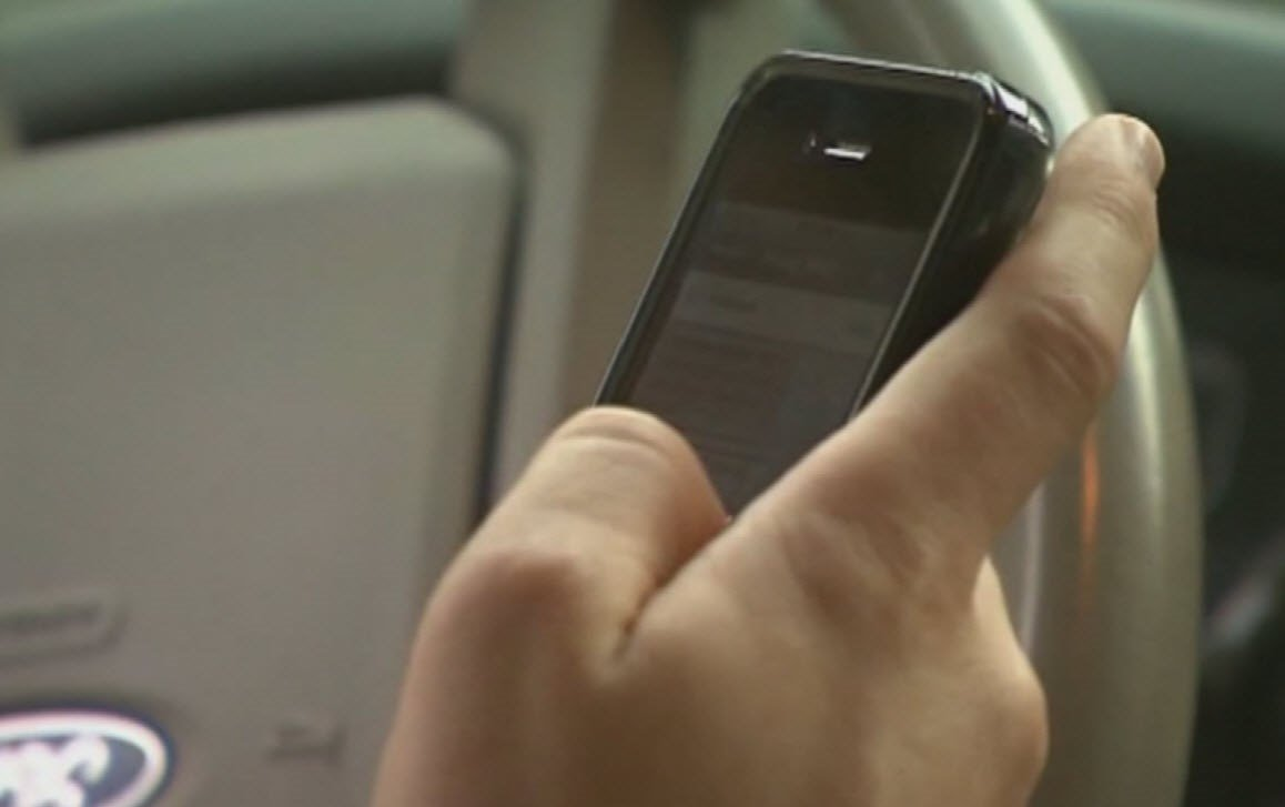 Ducey signs bill banning teen drivers from using cell phones