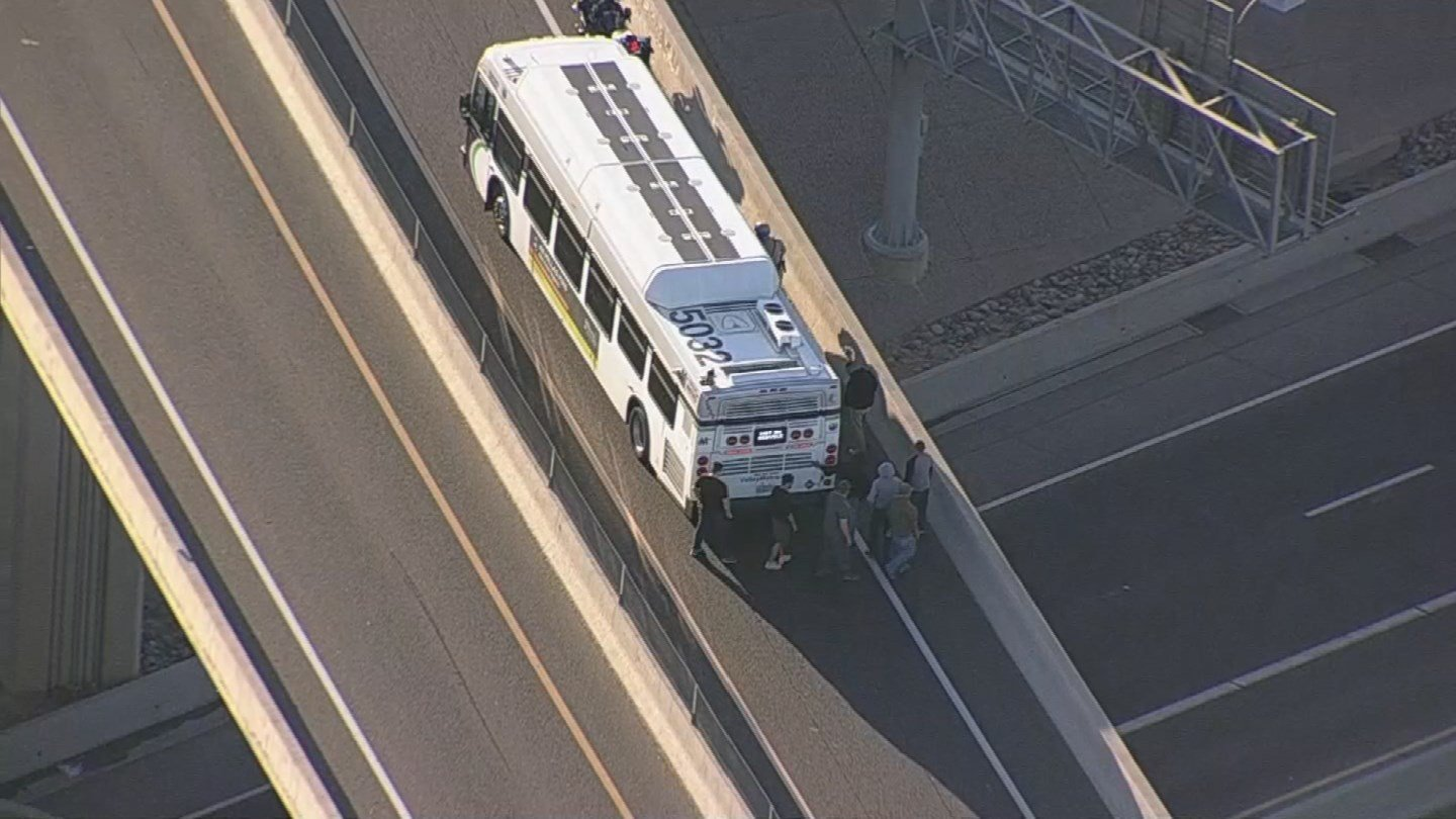 Drivers helped DPS push a disabled Valley Metro Bus off ramp. (SOURCE: 3TV/CBS5)