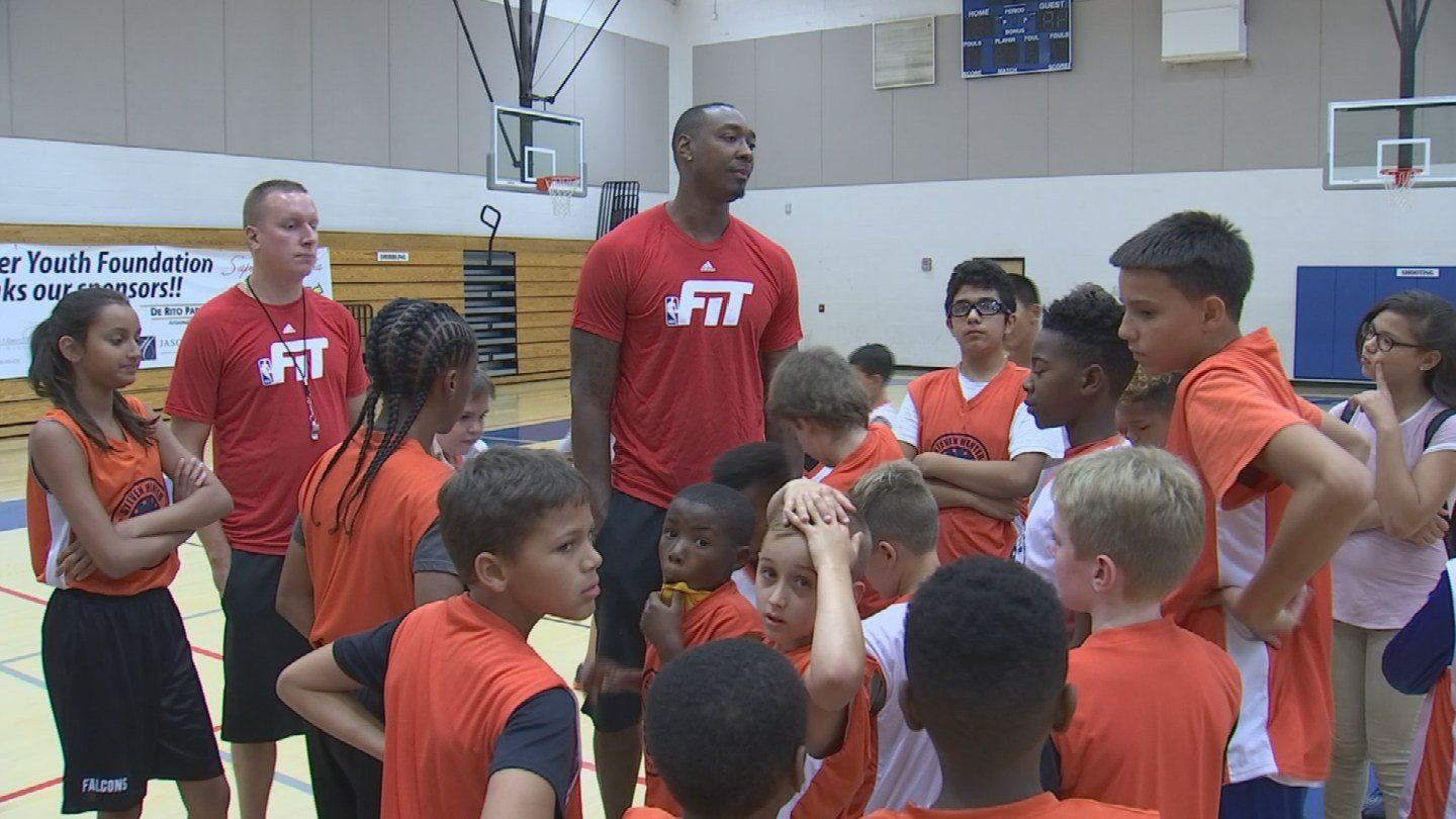 Former Suns player Steven Hunter speaks to kids at about basketball and life. (3 July 2017) [Source: 3TV/CBS 5]