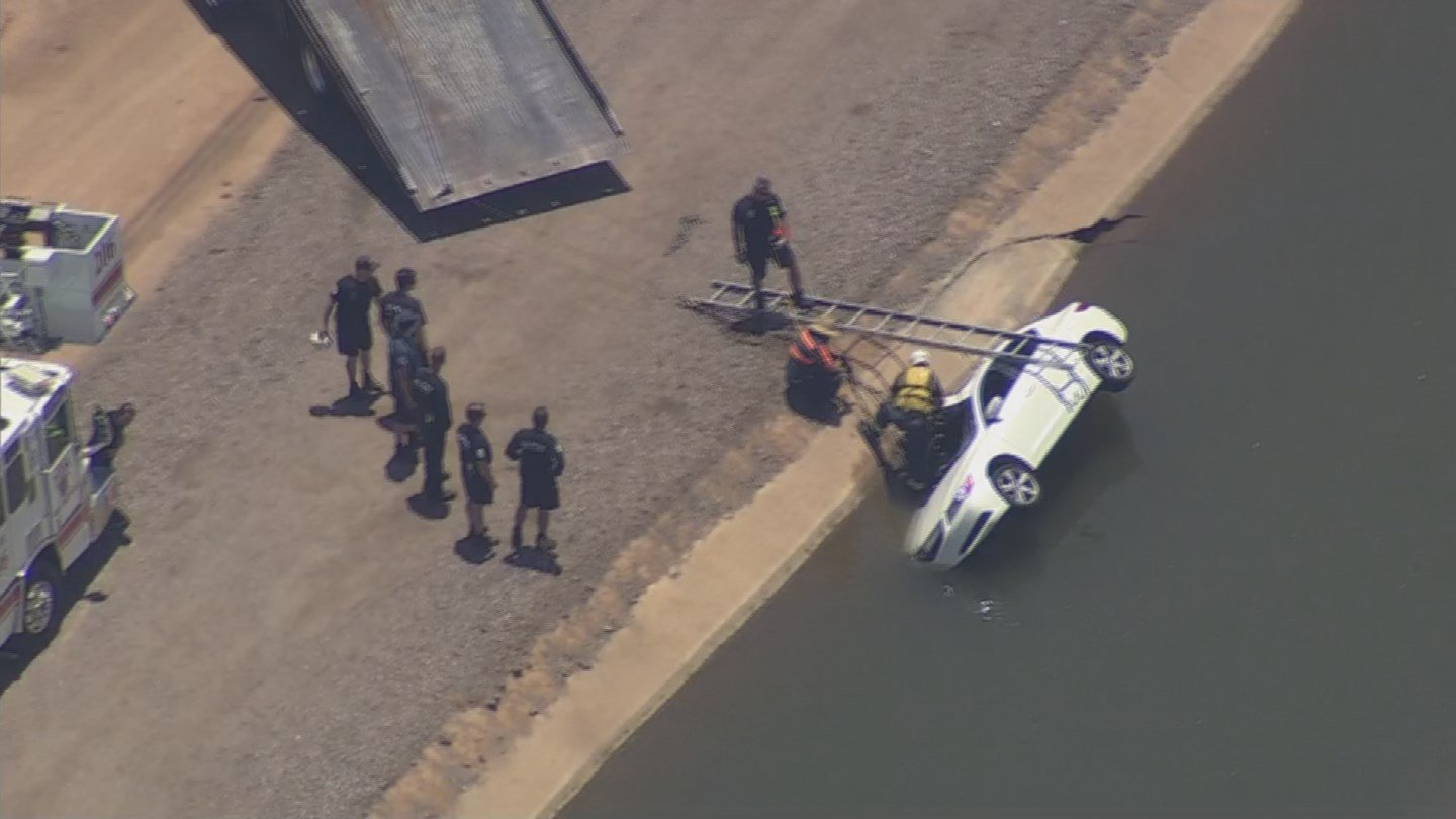 Mesa officials remove a car from a canal near Broadway and Val Vista Monday. (17 July 2017) [Source: 3TV/CBS5]