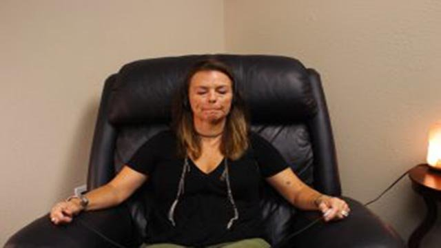Charlene Sarraf, a certified life coach at Scottsdale Recovery Center demonstrates what an EMDR session looks like. (Source: Lauren Marshall/Cronkite News)