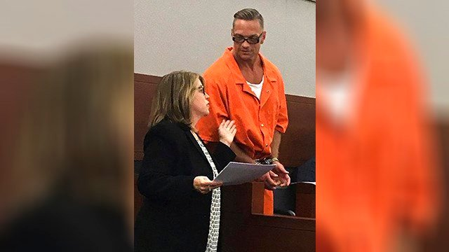Nevada death row inmate Scott Raymond Dozier confers with Lori Teicher, a federal public defender involved in his case, during a Thursday, Aug. 17, 2017 appearance in Clark County District Court in Las Vegas. (Source: AP Photo/Ken Ritter)