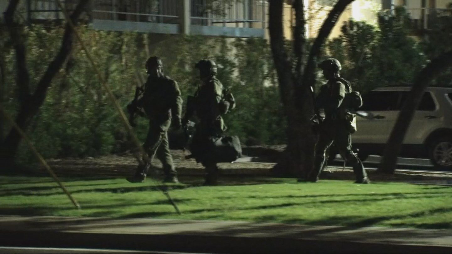 Police had to evacuate a Scottsdale apartment complex after a man barricaded himself inside a room. (Source: 3TV/CBS 5)