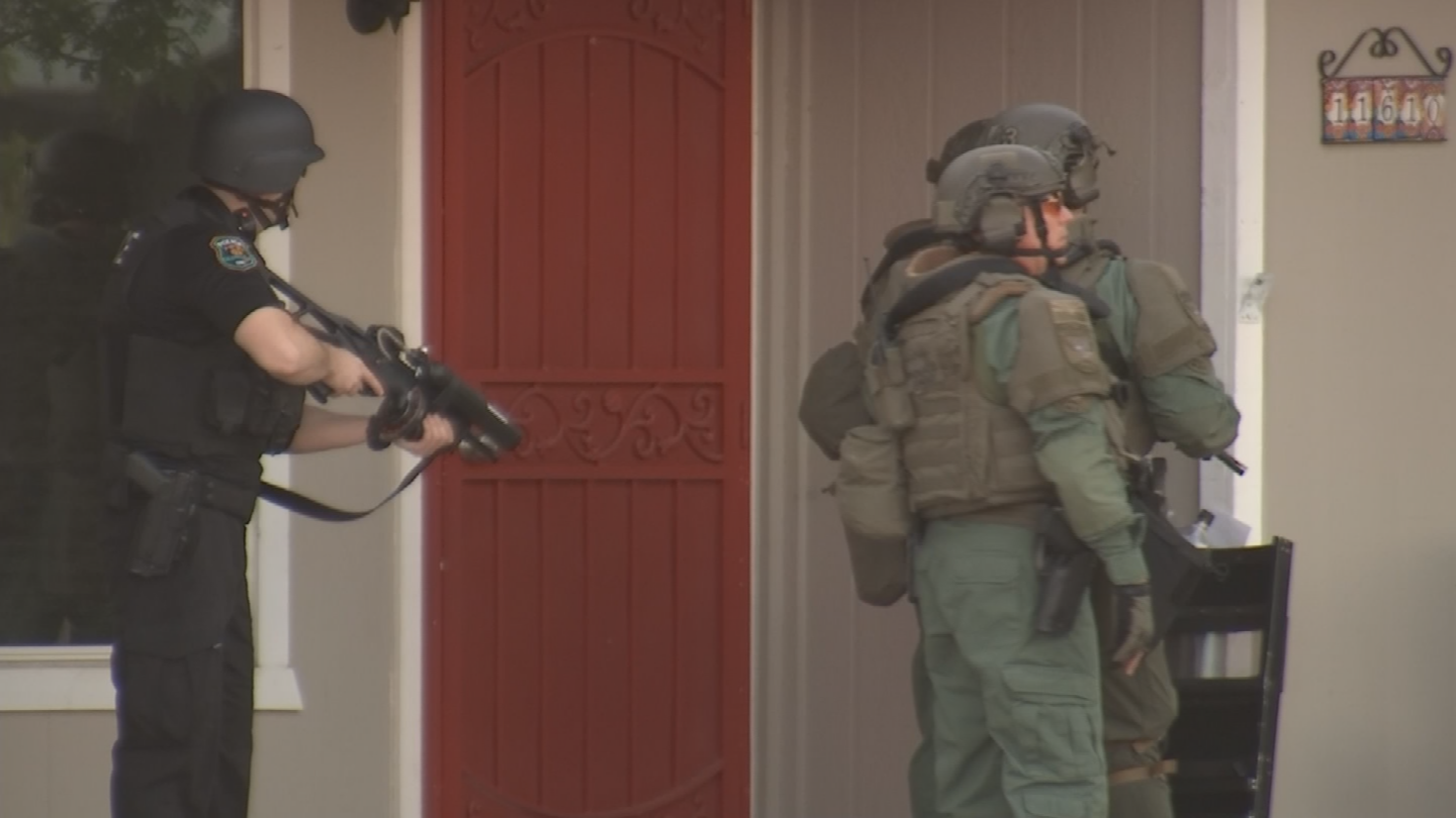 Police surrounded a house in Glendale. (Source: 3TV/CBS 5)