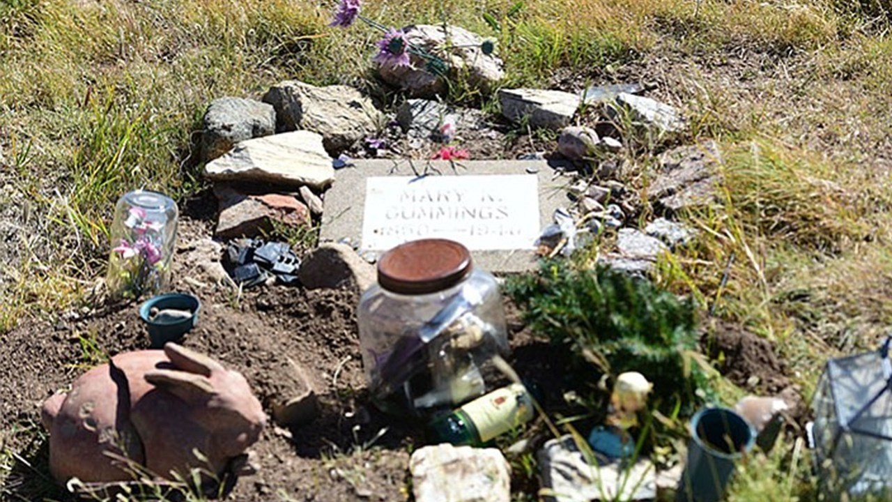 The plaque at the gravesite of Doc Holliday's girlfriend has been stolen. (Source: The Daily Courier)