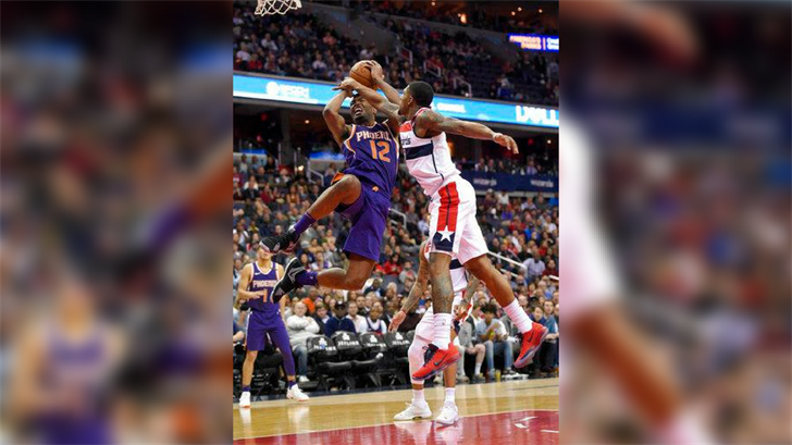 Phoenix Suns forward TJ Warren (12) is fouled by Washington Wizards guard Bradley Beal, right, during the second half of an NBA basketball game, Wednesday, Nov. 1, 2017, in Washington. The Suns won 122-116. (Source: AP Photo/Nick Wass)