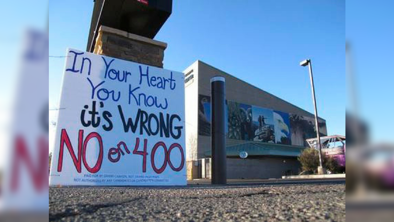 This photo taken Tuesday, Oct. 31, 2017 urges people to vote against a building height increases in Tusayan, Arizona. A vote in favor would pave the way for development at an RV park in town. (Source: AP Photo/Felicia Fonseca)