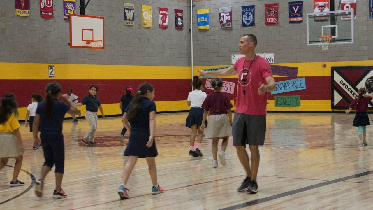 P.E. teacher Josh Meibos, the 2018 Arizona Teacher of the Year, gets his students to warm up by jogging around the gym. (Photo by Paola Garcia/Cronkite News)