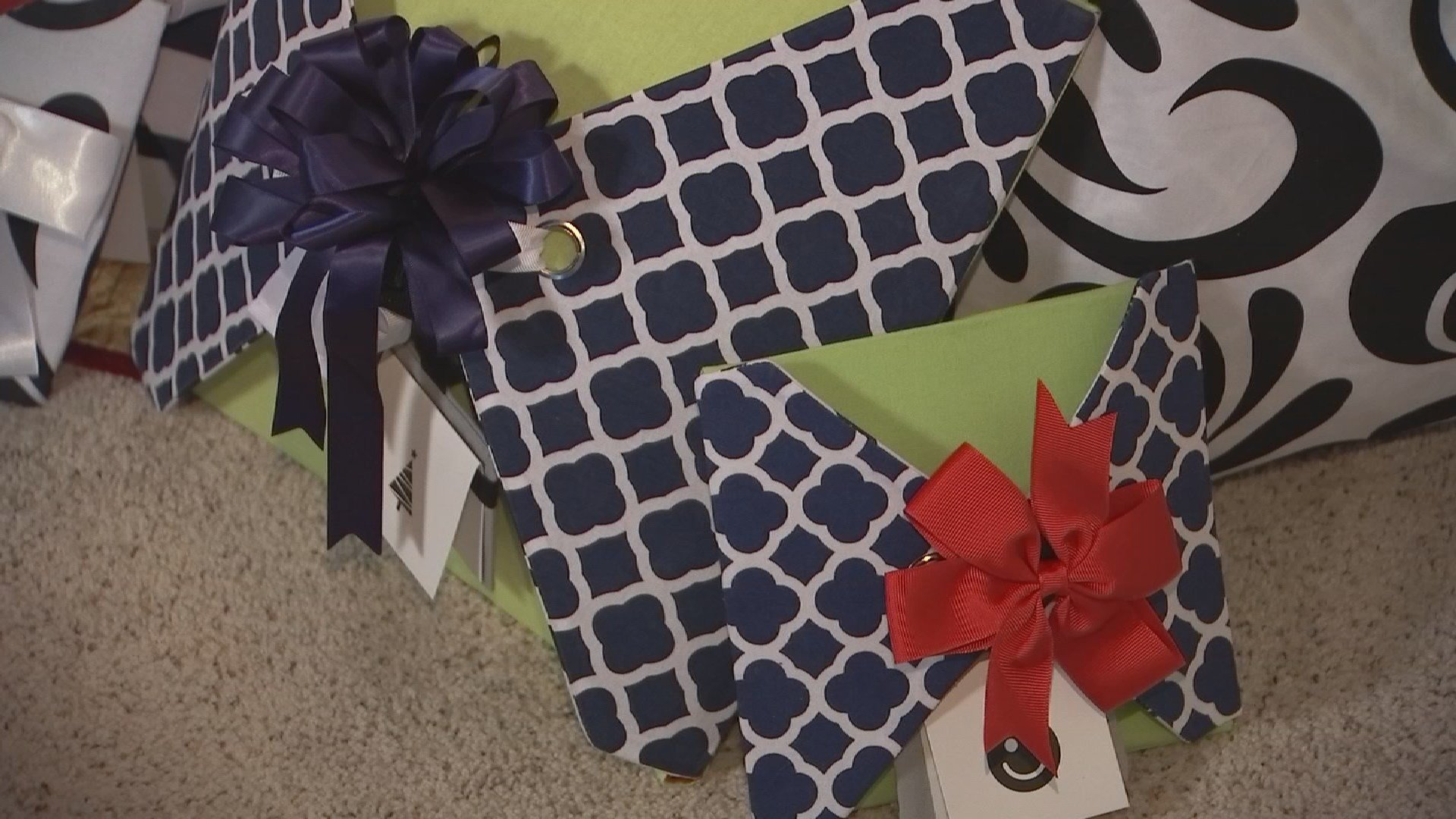 Eco-friendly gift wrapping paper. 20 Nov. 2017 (Source: 3TV/CBS 5 News)