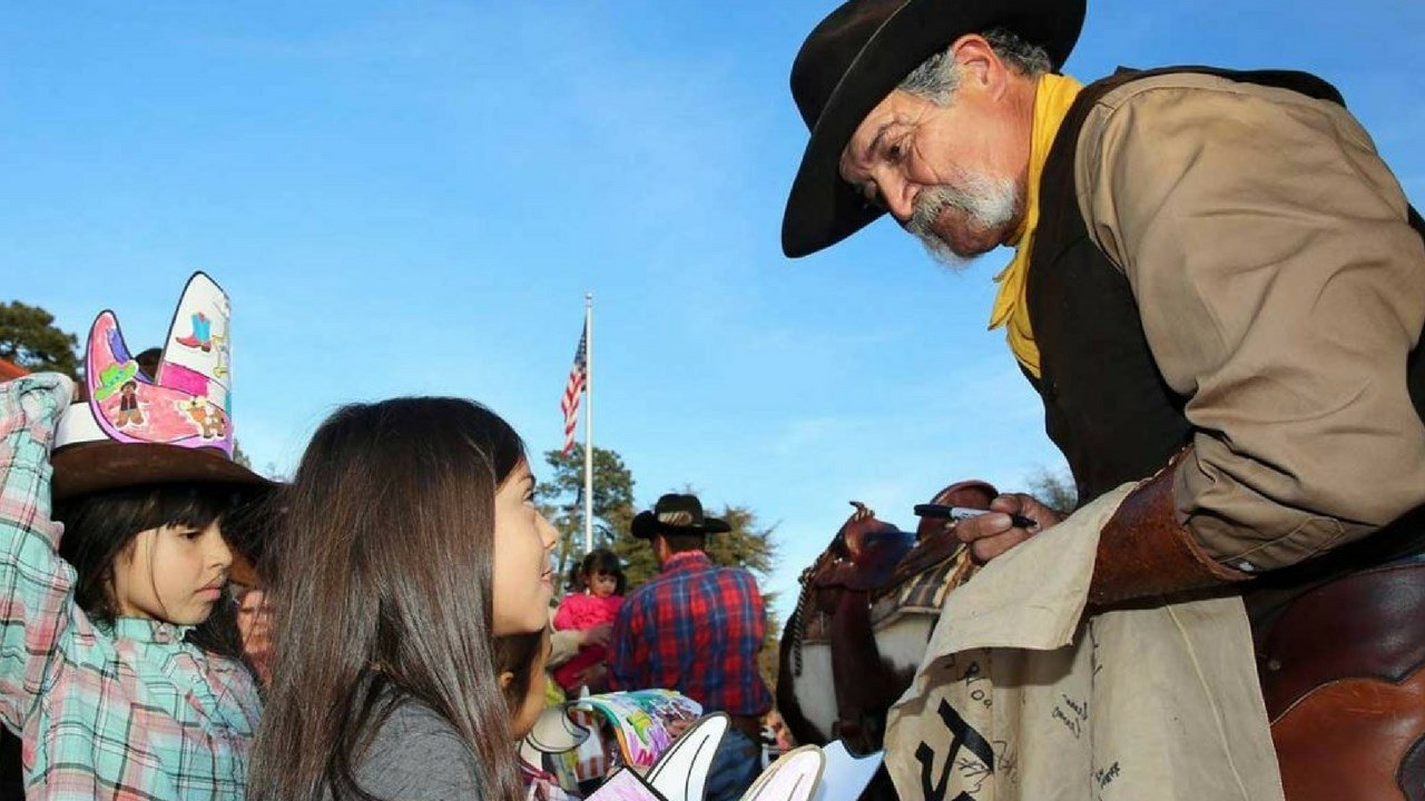 School kids passing off letters for delivery to a Hash knife rider. Feb. 2017 (Source: Hash Knife Pony Express.com)