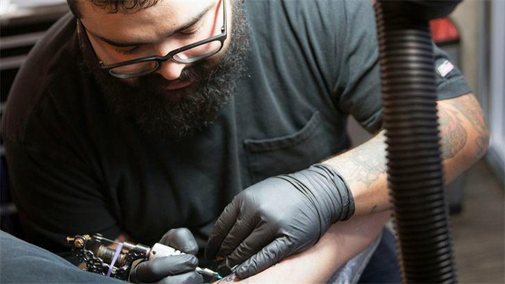 Manny Hernandez, a Phoenix tattoo artist, said consumers should always do research on tattoo shops before getting inked. (Source: Maddy Ryan/Cronkite News)