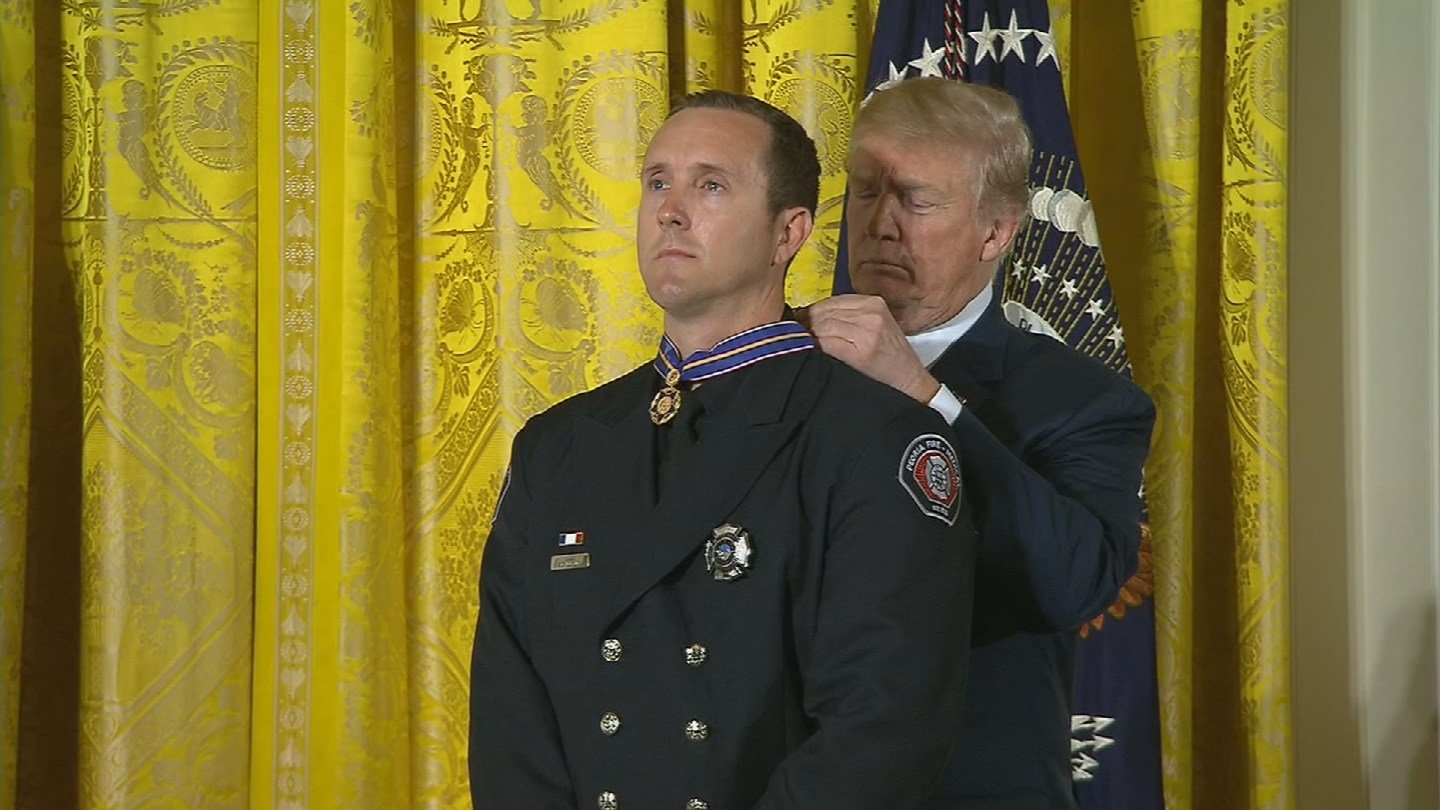 Engineer Stephen Gunn received the National Medal of Valor from President Donald Trump. (Source: White House)