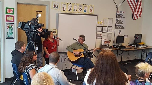 Stuart Epstein plays guitar for a Coronado High School special needs class. (Source: 3TV/CBS 5)