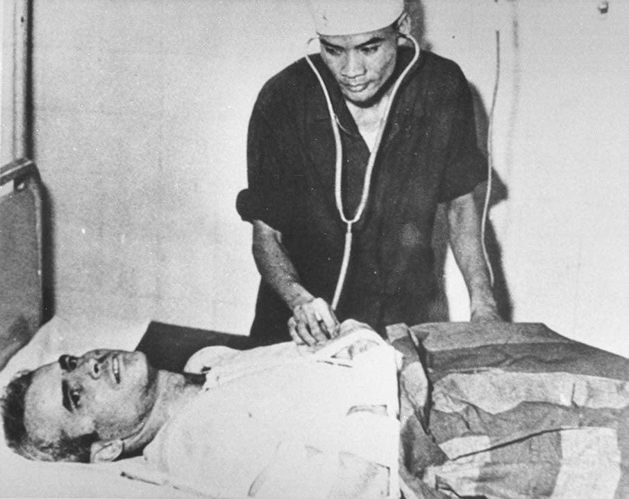 Sen. John McCain in a Hanoi hospital during the Vietnam War in November 1967.  (Source: Getty Images)