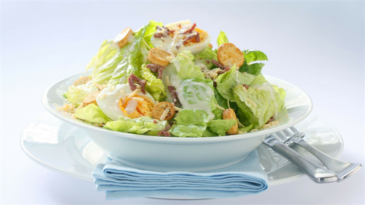 A Washington state woman said she got sick from eating tainted lettuce in a Caesar salad at a Peoria Red Lobster. (Source: robynmac / 123RF Stock Photo)