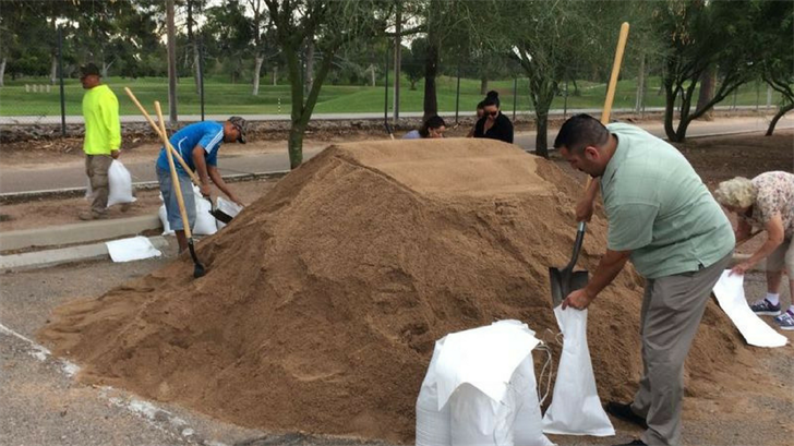 File photo of Tucson residents filling sandbags. (Source: Tucson News Now)
