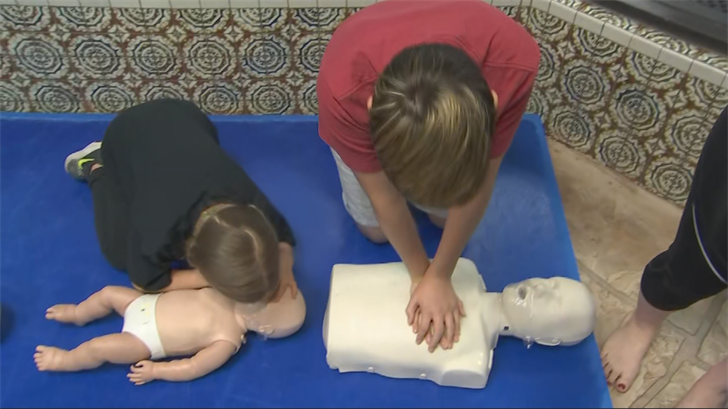 Kids learn CPR at SwimKidsAZ in Mesa (Source: 3TV/CBS 5)
