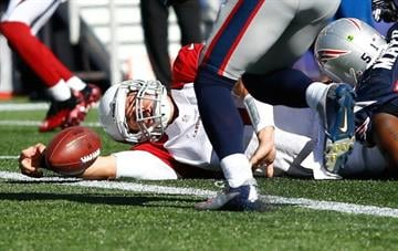 Backup quarterback Kevin Kolb threw for one touchdown and ran for another, Stephen Gostkowski missed a potential winning field goal in the final seconds, and the Arizona Cardinals upset the New England Patriots 20-18 on Sunday. By Jared Wickerham