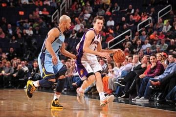 PHOENIX, AZ - JANUARY 6: Goran Dragic #1 of the Phoenix Suns drives against Jerryd Bayless #7 of the Memphis Grizzlies on January 6, 2013 at U.S. Airways Center in Phoenix, Arizona. (Photo by Barry Gossage/NBAE via Getty Images) By Barry Gossage
