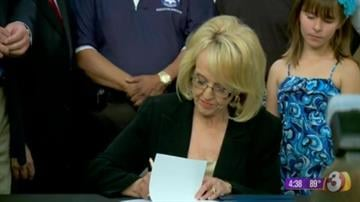 Gov. Jan Brewer signs HB 2204. By Jennifer Thomas
