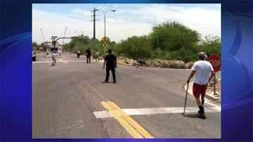 Police officers and Phoenix Zoo staff tried to catch an emu after it escaped from a home in Tempe. By Jennifer Thomas