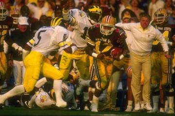 1 Jan 1987: Darryl Harris of Arizona State runs with the ball during their 22-15 win over Michigan at the Rose Bowl in Pasadena, California. Mandatory Credit: Rick Stewart  /Allsport By Rick Stewart