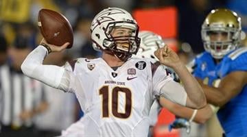 ASU quarterback Taylor Kelly passes during the first half of the Nov. 23 game against UCLA. By Catherine Holland