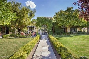 There is nothing traditional about this 8,000 square foot home in Paradise Valley, Ariz. It's listed for $3,395,000. By Mike Gertzman