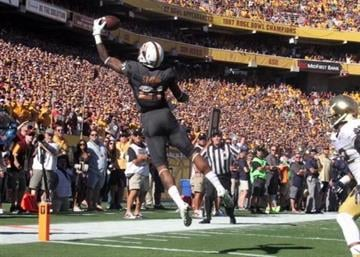 Jaelen Strong makes an incredible one-handed touchdown catch in the first quarter. By Brad Denny