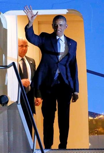 President Barack Obama arrives at Sky Harbor International Airport, Wednesday, Jan. 7, 2015, in Phoenix. The President will overnight in Arizona before speaking at Central High School in Phoenix on Thursday. (AP Photo/Matt York) By Matt York