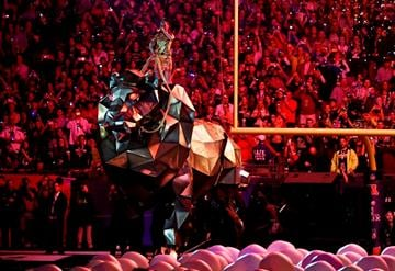 GLENDALE, AZ - FEBRUARY 01:  Singer Katy Perry performs during the Pepsi Super Bowl XLIX Halftime Show at University of Phoenix Stadium on February 1, 2015 in Glendale, Arizona.  (Photo by Harry How/Getty Images) By Harry How